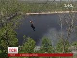 Украинские экстремалы «щекочут нервы» на канатной переправе